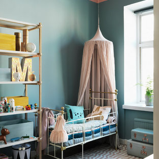 Exempel på ett minimalistiskt könsneutralt småbarnsrum, med blå väggar