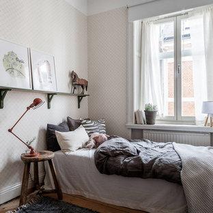 Inspiration för mellanstora minimalistiska barnrum kombinerat med sovrum, med beige väggar