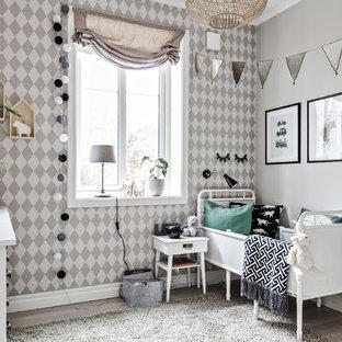 Idéer för ett litet minimalistiskt könsneutralt barnrum kombinerat med sovrum och för 4-10-åringar, med flerfärgade väggar