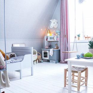 Bild på ett mellanstort skandinaviskt barnrum kombinerat med sovrum, med grå väggar och målat trägolv