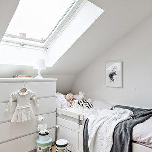 Idéer för att renovera ett nordiskt barnrum, med vita väggar, ljust trägolv och beiget golv