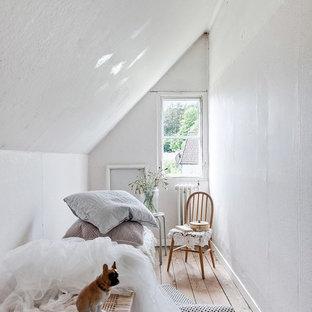 Inspiration för skandinaviska barnrum kombinerat med sovrum, med vita väggar, ljust trägolv och beiget golv