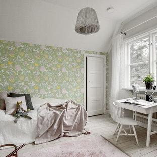 Idéer för mellanstora nordiska flickrum kombinerat med sovrum och för 4-10-åringar, med flerfärgade väggar och ljust trägolv