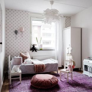 Inspiration för ett minimalistiskt barnrum, med vita väggar, mellanmörkt trägolv och brunt golv