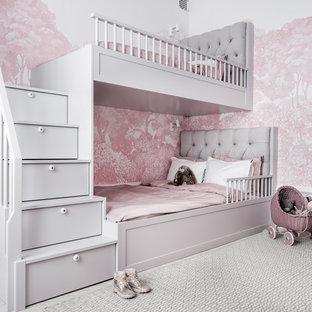 Inredning av ett klassiskt barnrum kombinerat med sovrum, med rosa väggar, ljust trägolv och beiget golv