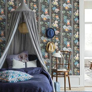 Idéer för att renovera ett vintage könsneutralt barnrum kombinerat med sovrum och för 4-10-åringar, med flerfärgade väggar och ljust trägolv