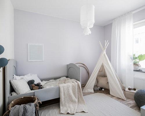 Chambre d 39 enfant scandinave avec un mur violet photos et for Taille moyenne chambre