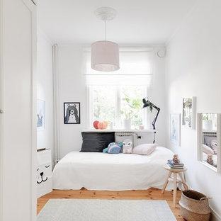 Inspiration för ett litet skandinaviskt flickrum kombinerat med sovrum och för 4-10-åringar, med vita väggar, ljust trägolv och beiget golv