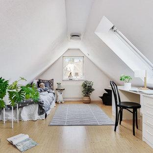 Inspiration för ett skandinaviskt barnrum kombinerat med sovrum, med grå väggar, ljust trägolv och beiget golv