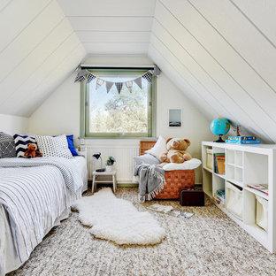 Skandinavisk inredning av ett könsneutralt barnrum kombinerat med sovrum, med vita väggar, heltäckningsmatta och brunt golv