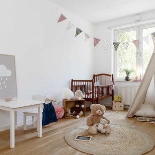 Inspiration för ett mellanstort skandinaviskt barnrum, med vita väggar och ljust trägolv