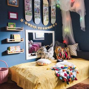 Exempel på ett eklektiskt flickrum kombinerat med sovrum och för 4-10-åringar, med blå väggar och brunt golv