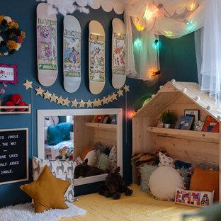 Bild på ett eklektiskt barnrum kombinerat med sovrum, med blå väggar