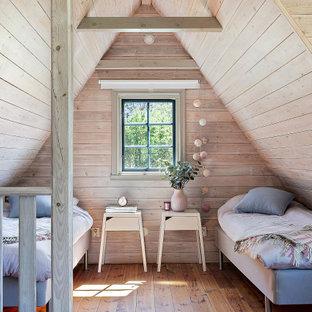 Foto på ett mellanstort funkis flickrum kombinerat med sovrum och för 4-10-åringar, med beige väggar, mellanmörkt trägolv och brunt golv