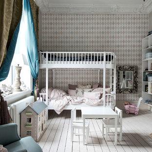 Inredning av ett klassiskt stort flickrum kombinerat med sovrum och för 4-10-åringar, med flerfärgade väggar, målat trägolv och vitt golv