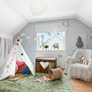 Skandinavisk inredning av ett mellanstort flickrum kombinerat med sovrum och för 4-10-åringar, med flerfärgade väggar, mellanmörkt trägolv och brunt golv