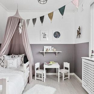 Esempio di una cameretta per bambini scandinava con pareti viola, parquet chiaro e pavimento grigio