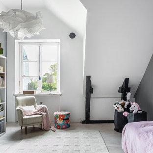 Inspiration för stora skandinaviska flickrum kombinerat med lekrum och för 4-10-åringar, med grå väggar