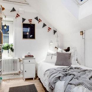 Idéer för små nordiska könsneutrala tonårsrum kombinerat med sovrum, med vita väggar, ljust trägolv och beiget golv