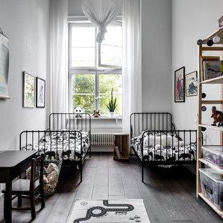 Inspiration för mellanstora skandinaviska pojkrum, med grå väggar och mellanmörkt trägolv