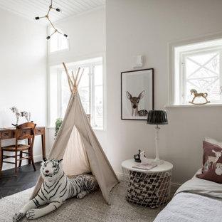 Bild på ett skandinaviskt könsneutralt barnrum kombinerat med sovrum, med vita väggar, mörkt trägolv och svart golv
