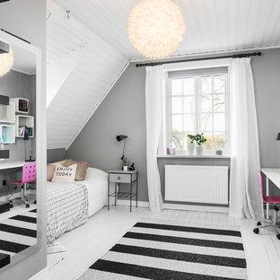 Foto på ett mellanstort minimalistiskt barnrum, med grå väggar och målat trägolv