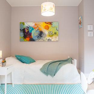 Inspiration för mellanstora skandinaviska barnrum, med grå väggar och ljust trägolv