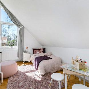 Inspiration för nordiska flickrum, med vita väggar och brunt golv