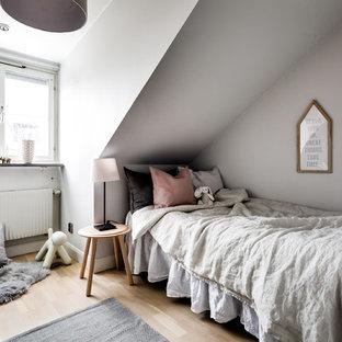 Exempel på ett nordiskt flickrum kombinerat med sovrum och för 4-10-åringar, med grå väggar, ljust trägolv och beiget golv