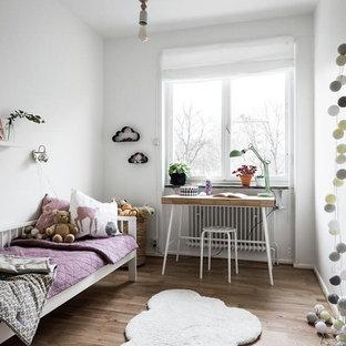 Idéer för att renovera ett mellanstort minimalistiskt flickrum, med vita väggar