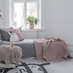 Inspiration för ett skandinaviskt flickrum kombinerat med sovrum och för 4-10-åringar, med vita väggar, målat trägolv och grått golv