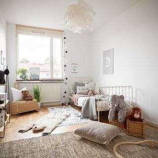 Idéer för skandinaviska könsneutrala småbarnsrum kombinerat med sovrum, med vita väggar och ljust trägolv