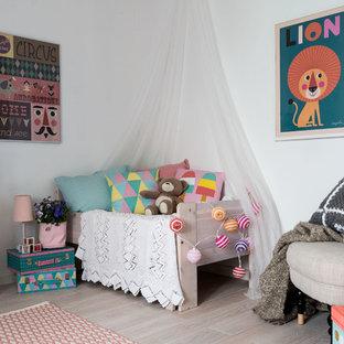 Exempel på ett mellanstort klassiskt könsneutralt småbarnsrum, med vita väggar