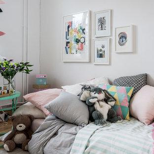 Inspiration för minimalistiska könsneutrala barnrum, med vita väggar och mellanmörkt trägolv