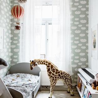 Idéer för ett mellanstort eklektiskt könsneutralt småbarnsrum kombinerat med sovrum, med heltäckningsmatta, vita väggar och beiget golv