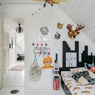 Idéer för att renovera ett mellanstort funkis pojkrum, med vita väggar och målat trägolv