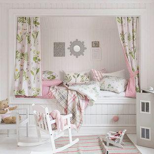 Inspiration för mellanstora lantliga barnrum, med vita väggar och målat trägolv
