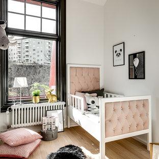 Idéer för att renovera ett skandinaviskt flickrum kombinerat med sovrum, med vita väggar och beiget golv