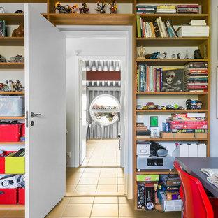 Exempel på ett industriellt pojkrum kombinerat med lekrum, med vita väggar och beiget golv