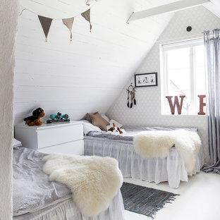 Foto på ett mellanstort lantligt könsneutralt barnrum kombinerat med sovrum och för 4-10-åringar, med vita väggar, målat trägolv och vitt golv