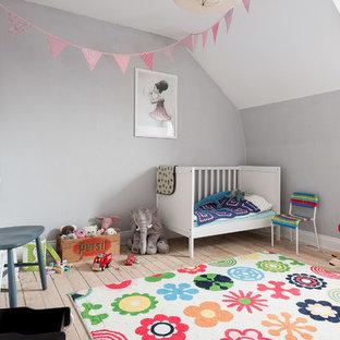 Exempel på ett mellanstort minimalistiskt barnrum, med grå väggar, ljust trägolv och beiget golv