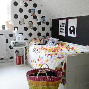 Foto på ett mellanstort skandinaviskt könsneutralt tonårsrum, med flerfärgade väggar