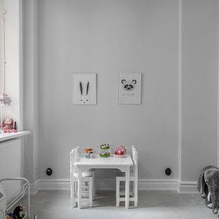 Idéer för att renovera ett mellanstort minimalistiskt småbarnsrum kombinerat med lekrum, med vita väggar, heltäckningsmatta och grått golv
