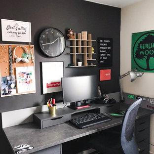 Bild på ett funkis barnrum kombinerat med skrivbord, med svarta väggar