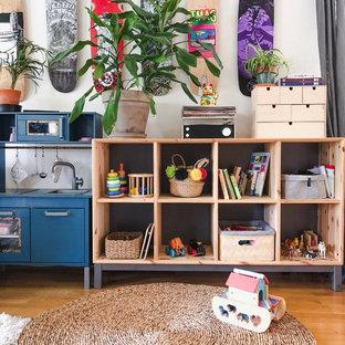 Inspiration för eklektiska könsneutrala småbarnsrum kombinerat med lekrum, med vita väggar, mellanmörkt trägolv och beiget golv