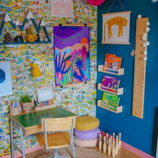 Inspiration för ett eklektiskt flickrum kombinerat med skrivbord och för 4-10-åringar, med flerfärgade väggar, mellanmörkt trägolv och brunt golv