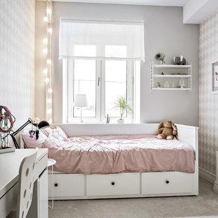 Inredning av ett skandinaviskt mellanstort flickrum kombinerat med sovrum, med flerfärgade väggar, heltäckningsmatta och grått golv