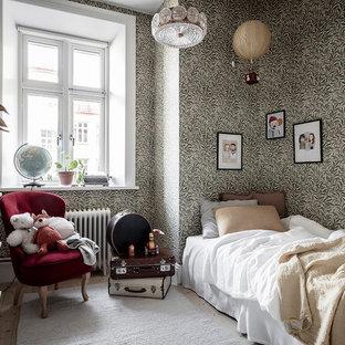 Foto på ett skandinaviskt barnrum kombinerat med sovrum, med flerfärgade väggar, ljust trägolv och beiget golv