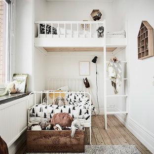 Inredning av ett klassiskt litet könsneutralt barnrum, med beige väggar och ljust trägolv