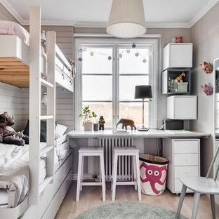 Inspiration för ett litet minimalistiskt barnrum kombinerat med sovrum, med grå väggar, ljust trägolv och beiget golv